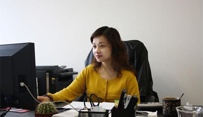 """作为大家心中的大姐,张莉同志以心换心,积极传递正能量,以爱心、公心走近每位员工,通过""""传帮带""""以帮促管,她带领着业务团队实现了公司贷款规模的翻番,贷款质量显著提高,营业收入大幅提升。"""